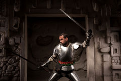 Guerreiro medieval que levanta em etapas do templo antigo Imagem de Stock