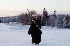 Guerreiro na paisagem da neve imagens de stock