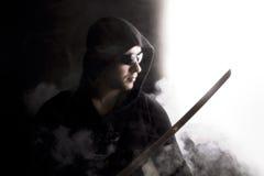 Guerreiro no fumo abstrato no fundo preto fotografia de stock