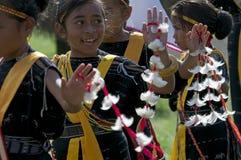 Guerreiros que dançam na roupa tradicional Flores Indonésia Imagens de Stock