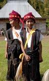 Guerreiros que dançam na roupa tradicional Flores Indonésia Imagem de Stock