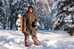 Guerrero con el swordin el bosque del invierno en armadura histórica Fotos de archivo libres de regalías