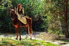 Guerrero de la mujer armado con un arco a caballo foto de archivo