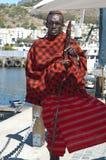 Guerrero de Massai en la ciudad imagenes de archivo