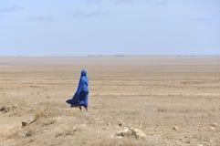 Guerrero del Masai que camina a través de la sabana Fotografía de archivo libre de regalías