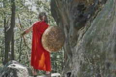 Guerrero espartano en el bosque Fotos de archivo libres de regalías