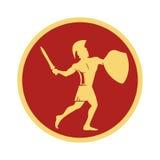 Guerrero espartano en el casco tradicional en su cabeza con la espada y el escudo Imagen de archivo