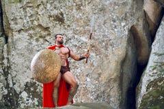 Guerrero espartano maduro en el bosque Imágenes de archivo libres de regalías