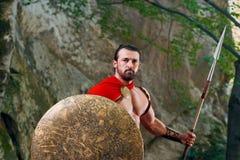 Guerrero espartano maduro en el bosque Imagenes de archivo