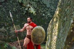 Guerrero espartano maduro en el bosque Imagen de archivo