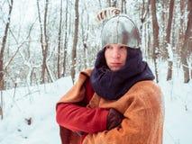 Guerrero Frankish en traje histórico con el casco en bosque del invierno Imagen de archivo libre de regalías
