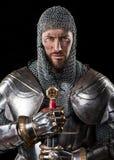Guerrero medieval con la armadura y la espada del correo en cadena fotos de archivo