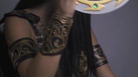 Guerrero militante de la mujer, en la armadura de la fantasía que presenta en estudio almacen de metraje de vídeo