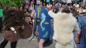 Guerreros de Dacians que luchan a los soldados romanos
