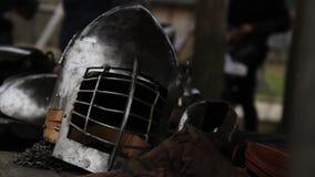 Guerreros medievales que ponen en el equipo de la batalla, preparándose para la campaña militar almacen de video