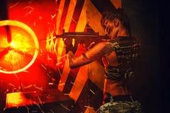 Guerrière de femme avec l'arme à feu Photo stock