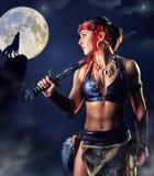 Guerrière du nord de fille pendant la nuit mystique Images stock