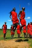 Guerrier de masai dansant la danse traditionnelle photographie stock libre de droits