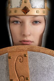 Guerrier féminin de plan rapproché avec le casque et le bouclier Photos libres de droits