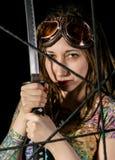 Guerrier gothique féminin en vieux verres pilotes posant avec l'épée de katana Image stock
