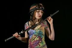 Guerrier gothique féminin en vieux verres pilotes posant avec l'épée de katana Photos stock