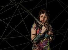 Guerrier gothique féminin en vieux verres pilotes posant avec l'épée de katana Images libres de droits
