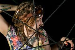 Guerrier gothique féminin en vieux verres pilotes posant avec l'épée de katana Photographie stock