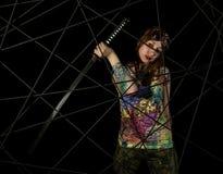 Guerrier gothique féminin en vieux verres pilotes posant avec l'épée de katana Image libre de droits