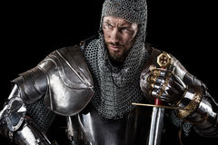 Guerrier médiéval avec l'armure et l'épée de cotte de maille Photographie stock libre de droits