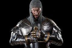 Guerrier médiéval avec l'armure et l'épée de cotte de maille Photographie stock