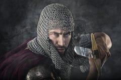 Guerrier médiéval avec l'armure et l'épée de cotte de maille Photos stock