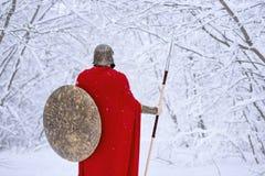 Guerrier spartiate soigneux dans la forêt neigeuse froide Photographie stock