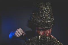Guerriero barbuto dell'uomo con il casco del metallo e lo schermo, Viking selvaggio Fotografia Stock