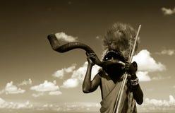 Guerriero del Masai che gioca corno tradizionale Fotografia Stock Libera da Diritti