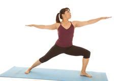 Guerriero della gamba di yoga di forma fisica della donna Immagine Stock