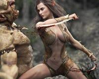 Guerriero di legno femminile rapido dell'elfo che fa lavoro rapido di un troll d'attacco illustrazione vettoriale