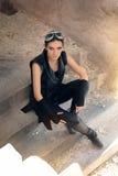 Guerriero femminile di Steampunk nello scenario apocalittico della posta immagine stock libera da diritti