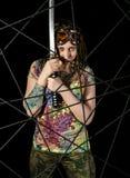 Guerriero gotico femminile in vecchi vetri pilota che posano con la spada di katana Fotografia Stock