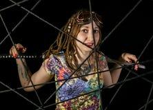 Guerriero gotico femminile in vecchi vetri pilota che posano con la spada di katana Fotografie Stock