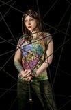 Guerriero gotico femminile in vecchi vetri pilota che posano con la spada di katana Immagini Stock
