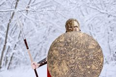 Guerriero spartano negli sguardi della foresta di inverno in camera Immagine Stock Libera da Diritti