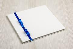 Guestbook l'épousant décoré blanc sur la table en bois photos libres de droits