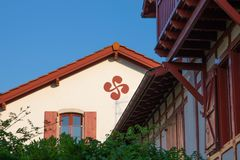 Guethary/Γαλλία-25 07 18: Παραδοσιακή βασκική χώρα Guethary Γαλλία σπιτιών στοκ εικόνες με δικαίωμα ελεύθερης χρήσης