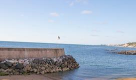 Guethary/França - 25 07 18: País basque france de Guethary da vila do mar da opinião do porto imagens de stock