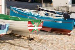 Guethary/Frankrijk - 25 07 18: Van Overzeese van de havenmening het Baskische land Frankrijk Dorpsguethary royalty-vrije stock foto's