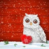 Gufo bianco sveglio che si siede nella neve davanti alla parete di legno rossa, tema di vacanza invernale, illustrazione Immagine Stock Libera da Diritti