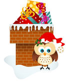 Gufo di Natale sul camino con i regali Immagine Stock