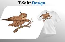 Gufo marrone sveglio che si siede su una stampa della maglietta del ramo Derisione sul modello di progettazione della maglietta M Immagini Stock