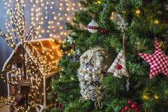 Gufo su un albero di Natale verde Fotografia Stock Libera da Diritti