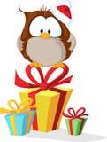 Gufo sveglio con il cappello di Santa che si siede sul regalo di natale - vettore Fotografie Stock